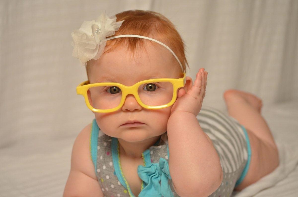 תינוקת עם משקפיים