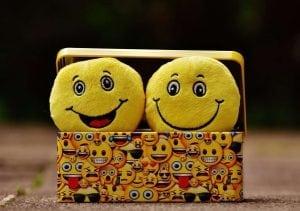 בובות צהובות ומחייכות מציצות מתוך קופסה
