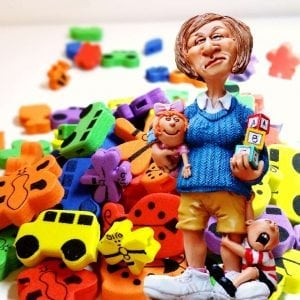 גננת עם משחקי ילדים