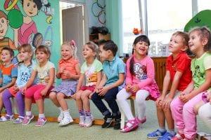 ילדים יושבים בגן ילדים